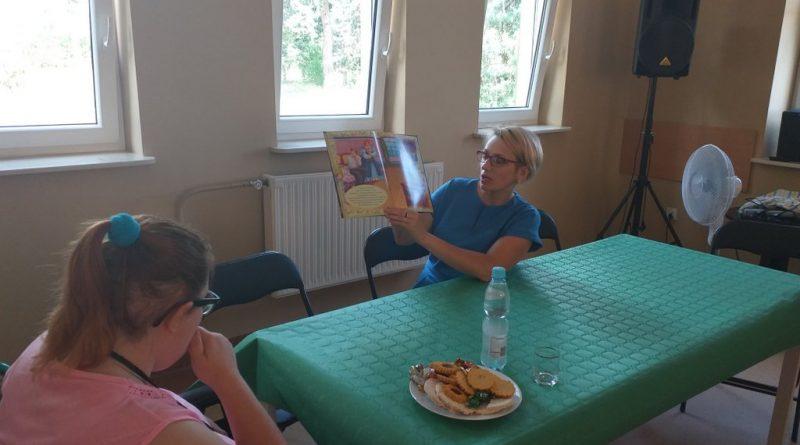 Kierownik Biblioteki czyta Uczestnikom