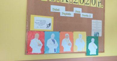 Tablica informacyjna o Dniu Papieskim