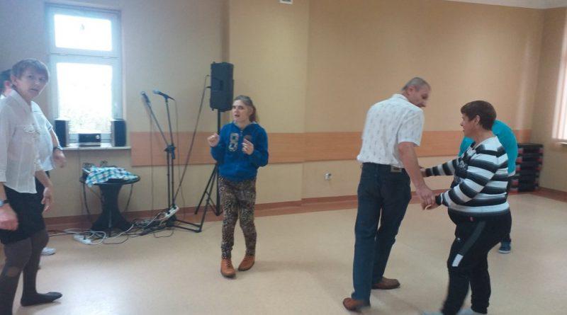 Uczestnicy Domu tańczą na sali