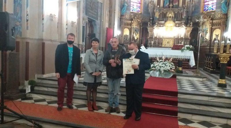 Uczestnicy na Festiwalu Piosenki Religijnej w Kościele