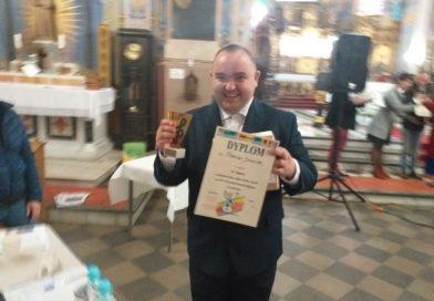 Uczestnik ŚDS w Czarnowie Marcin Dziełak z dyplomem w ręku