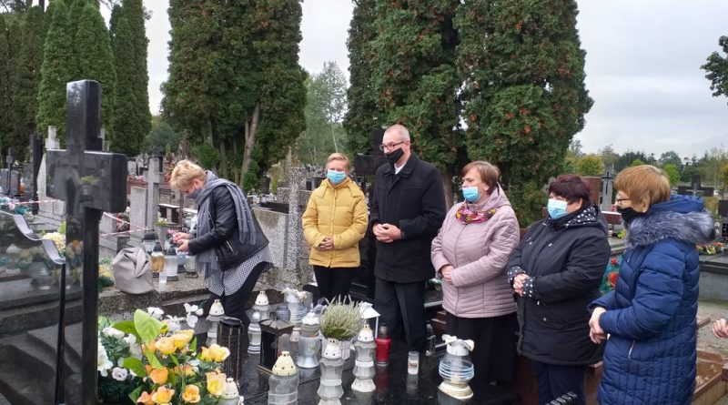 Podopieczni zapalją i stawiają znicze na cmentarzu