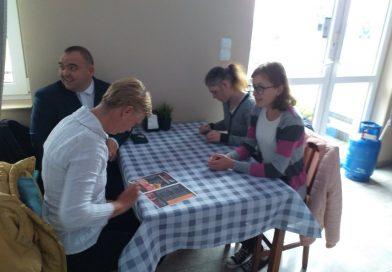 Uczestnicy Domu wraz z opiekunami w Driver Barze na treningu zaradności życiowej