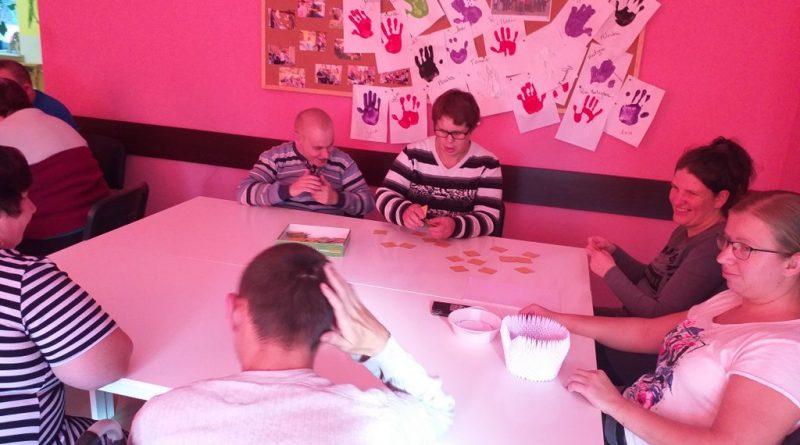 Uczestnicy na zajęciach przy stole