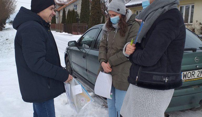 Spotkanie terapeutów z Uczestnikiem Domu przed jego domem