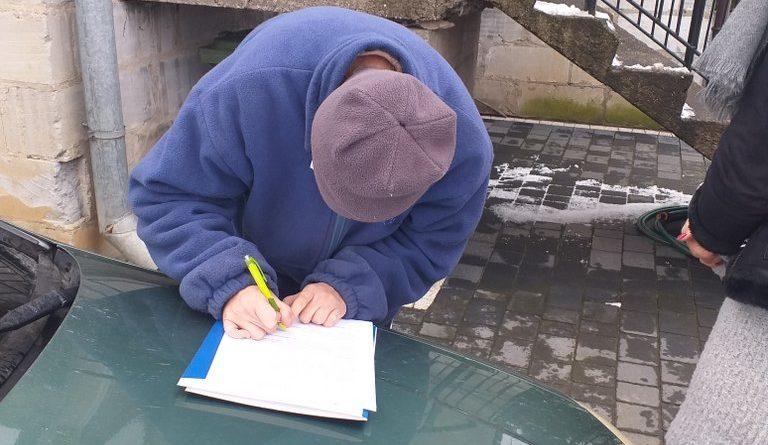Uczestnik Domu podpisuje wniosek.