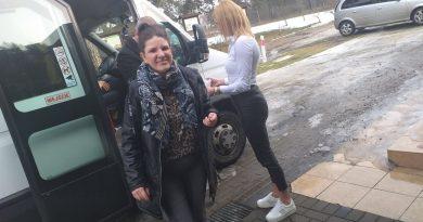 Uczestnik wysiada z samochodu po przyjeździe do Domu na zajęcia
