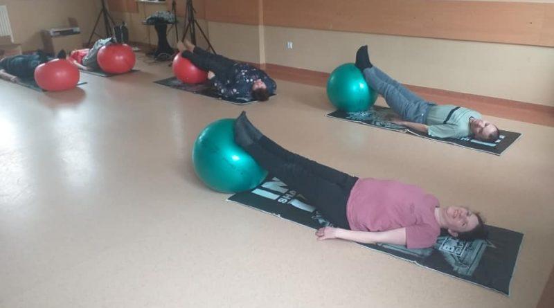 Uczestnicy Domu podczas zajęć z fizjoterapii