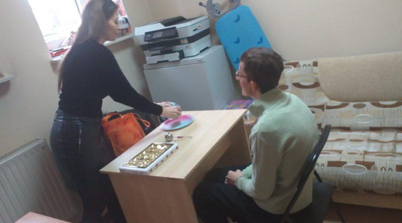Uczestnik Domu podczas zajęć z logopedą