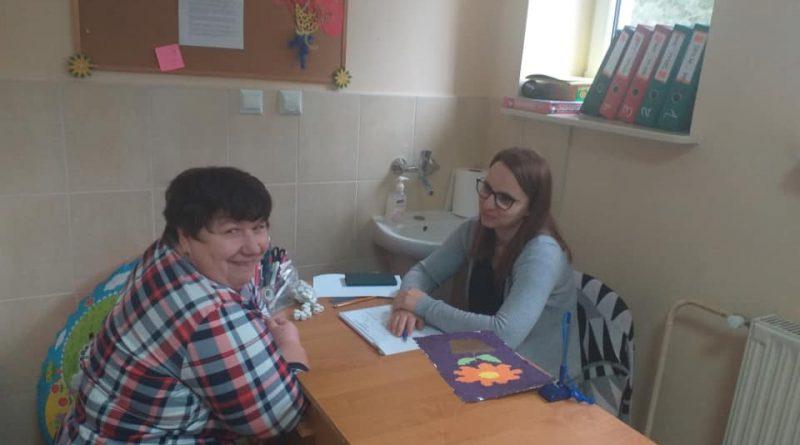 Uczestnik Domu podczas zajęć z psychologiem