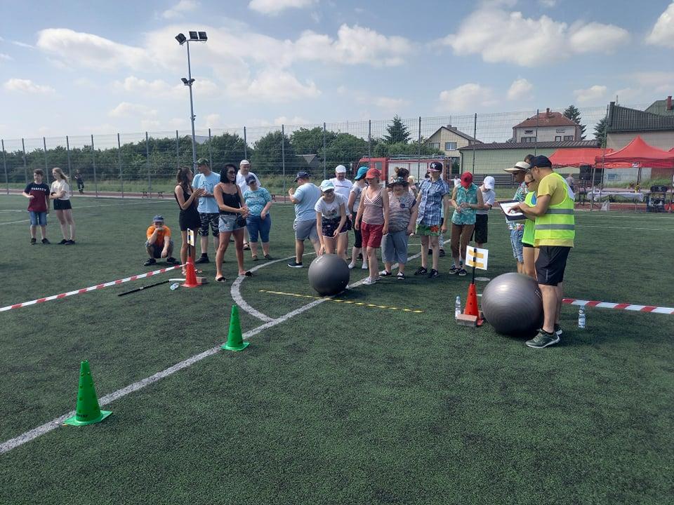 Uczestnicy ŚDS podczas spartakiady na boisku sportowym