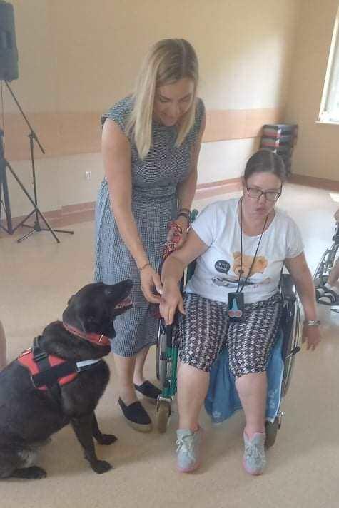 Pani Justyna prowadzi dogoterapię z uczestniczką Domu
